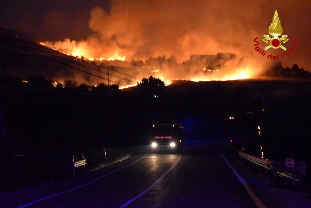 Ιταλία: Συνεχίζονται οι καταστροφικές φωτιές στον νότο – Καύσωνας μέχρι και 50 βαθμούς σήμερα