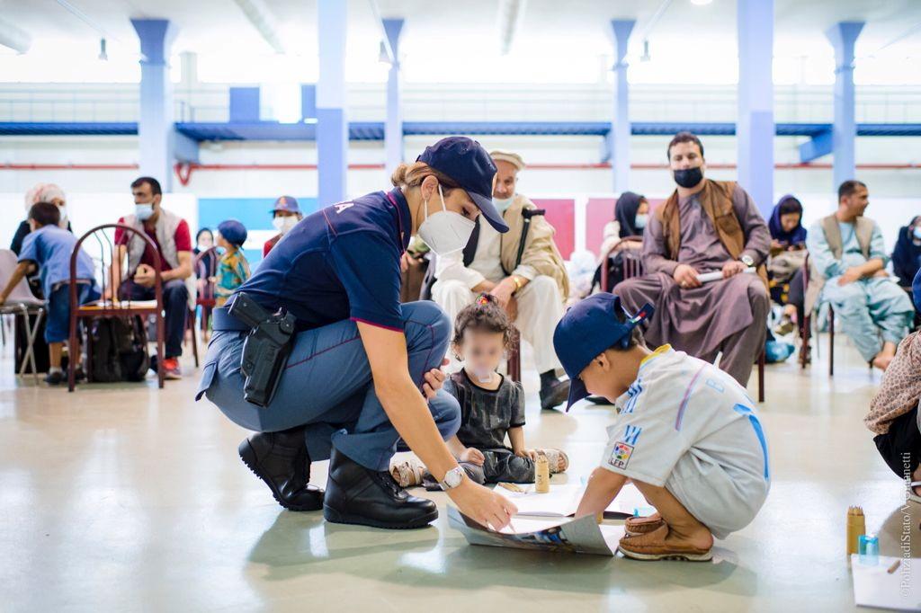 Ιταλία: Αστυνομικοί παίζουν με παιδιά που έφτασαν από το Αφγανιστάν