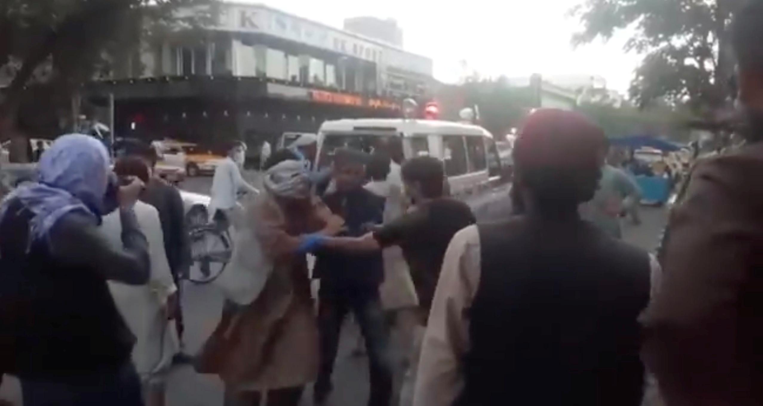 Αφγανιστάν: Εικόνες φρίκης από τη Καμπούλ – Δεκάδες νεκροί και τραυματίες από την έκρηξη