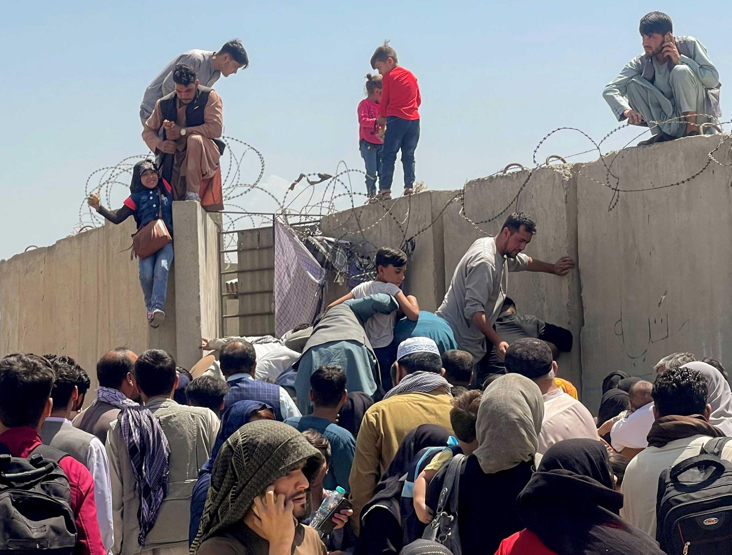 Αφγανιστάν: Απόγνωση χωρίς όρια – Μανάδες «πετούν» τα παιδιά τους σε στρατιώτες για να τα σώσουν