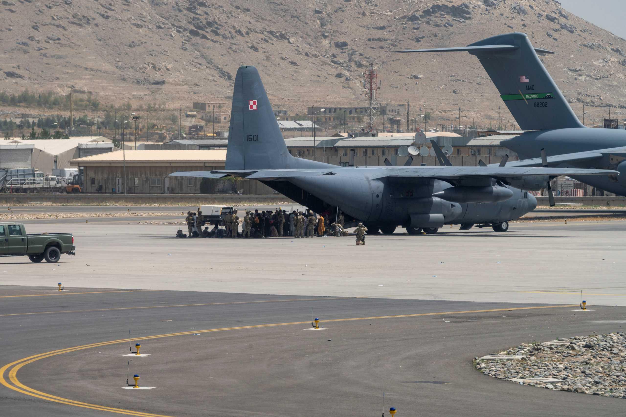 ΗΠΑ: Ο Μπάιντεν επιστρατεύει εμπορικά αεροσκάφη για να απομακρύνει ανθρώπους από το Αφγανιστάν