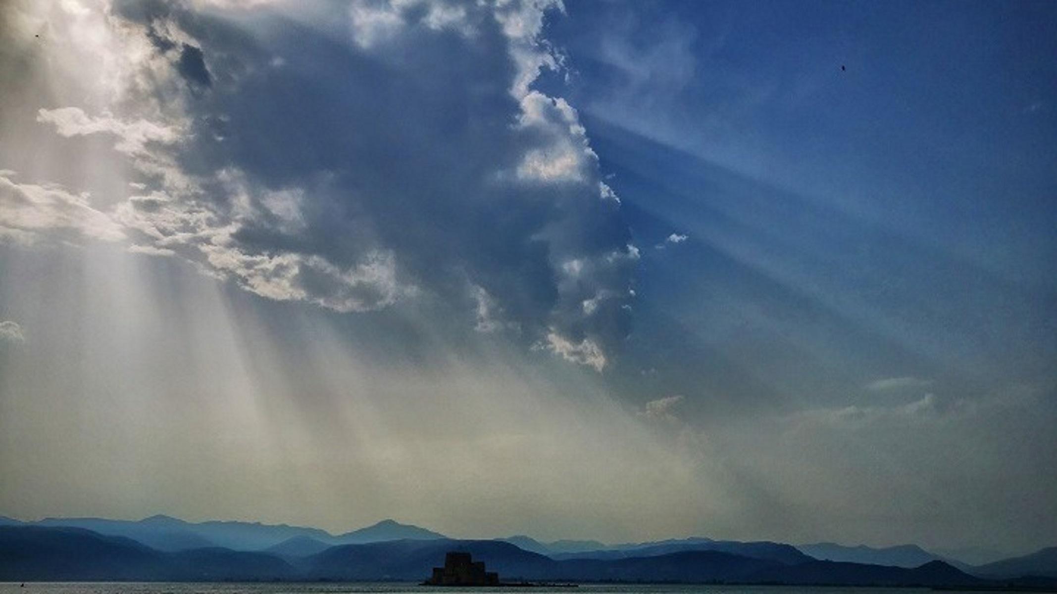 Καιρός αύριο: Πού θα πέσουν βροχές και καταιγίδες – «Τραβάει» 38άρι ο υδράργυρος