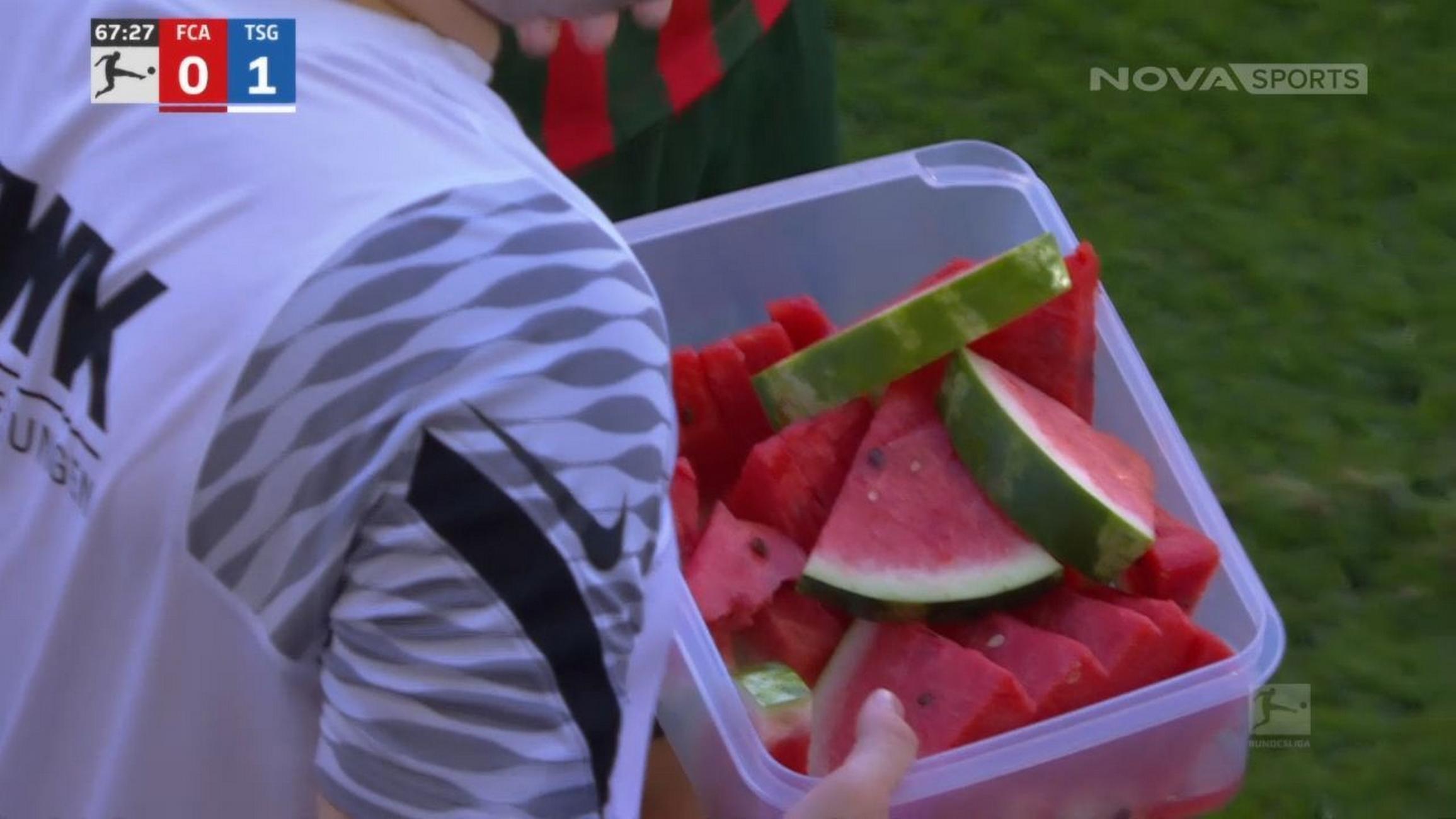 Bundesliga: Σταμάτησαν το παιχνίδι για να φάνε καρπούζι