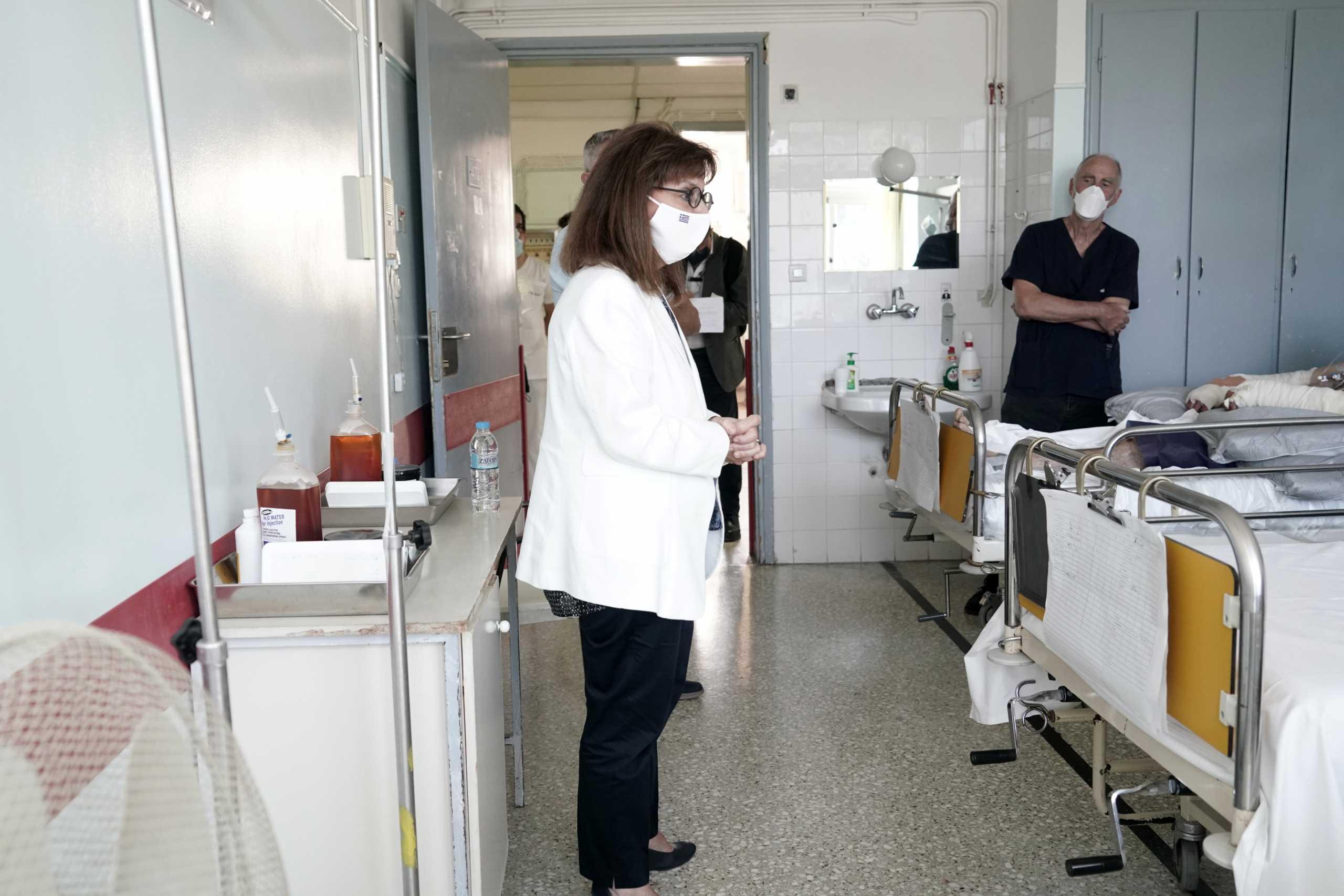 Κατερίνα Σακελλαροπούλου: Επισκέφθηκε στο νοσοκομείο τους εγκαυματίες δασοπυροσβέστες