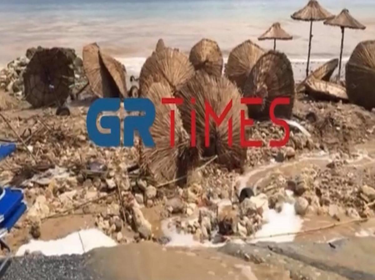 Καλοκαιρινή μπόρα «έπνιξε» την Χαλκιδική – Αναποδογύρισε beach bar