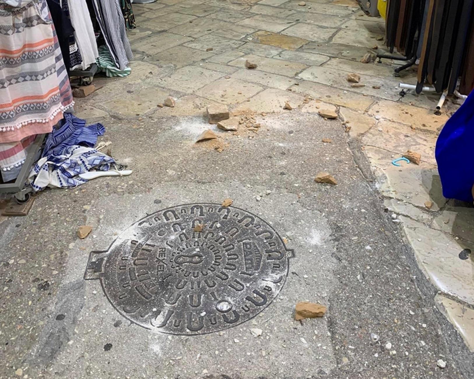 Κέρκυρα: Τρόμος στα καλά καθούμενα – Έπεσαν τούβλα από πολυκατοικία μπροστά τους