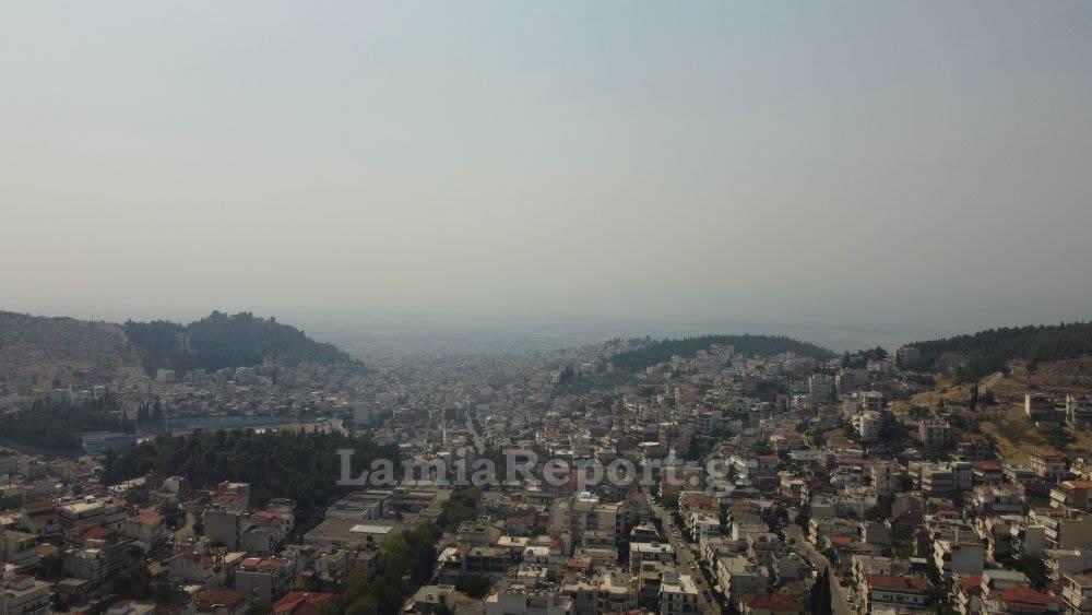Φωτιά στην Εύβοια: Ο καπνός σκέπασε την Λαμία