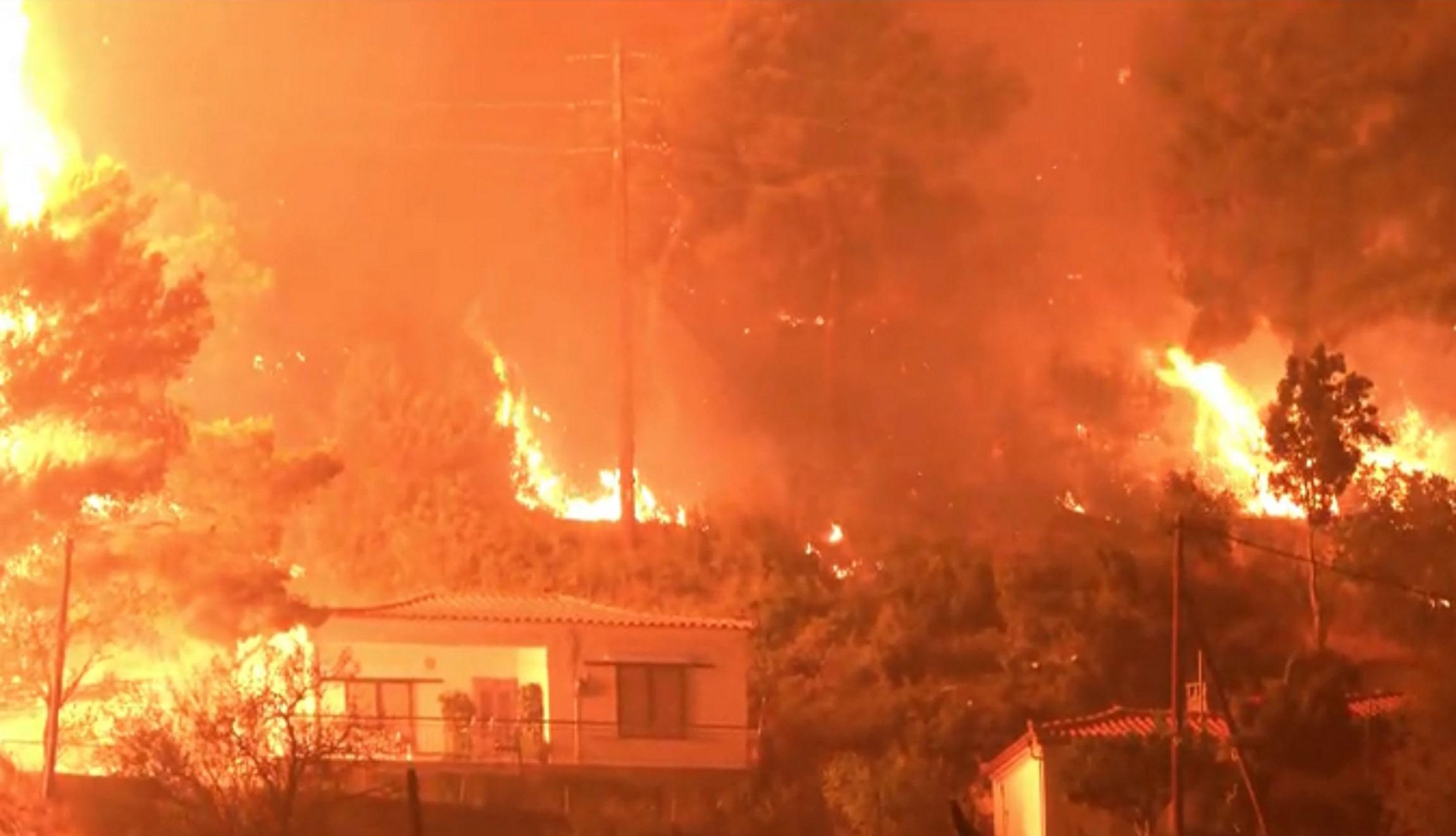 Φωτιά στην Εύβοια: Καίγονται σπίτια στη λίμνη – Αποκαρδιωτικές εικόνες
