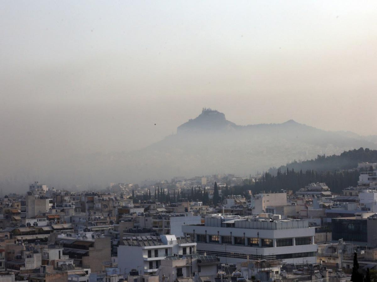 Φωτιά στην Βαρυμπόμπη: Αποπνικτική ατμόσφαιρα στην Αθήνα