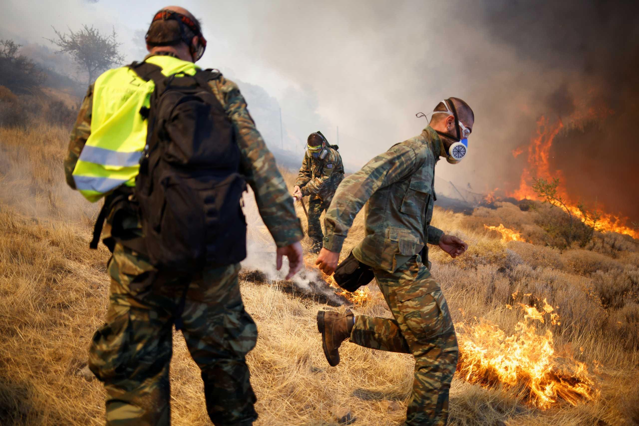 Φωτιές στην Αττική: Μάχη με τις φλόγες σε Κερατέα και Βίλια
