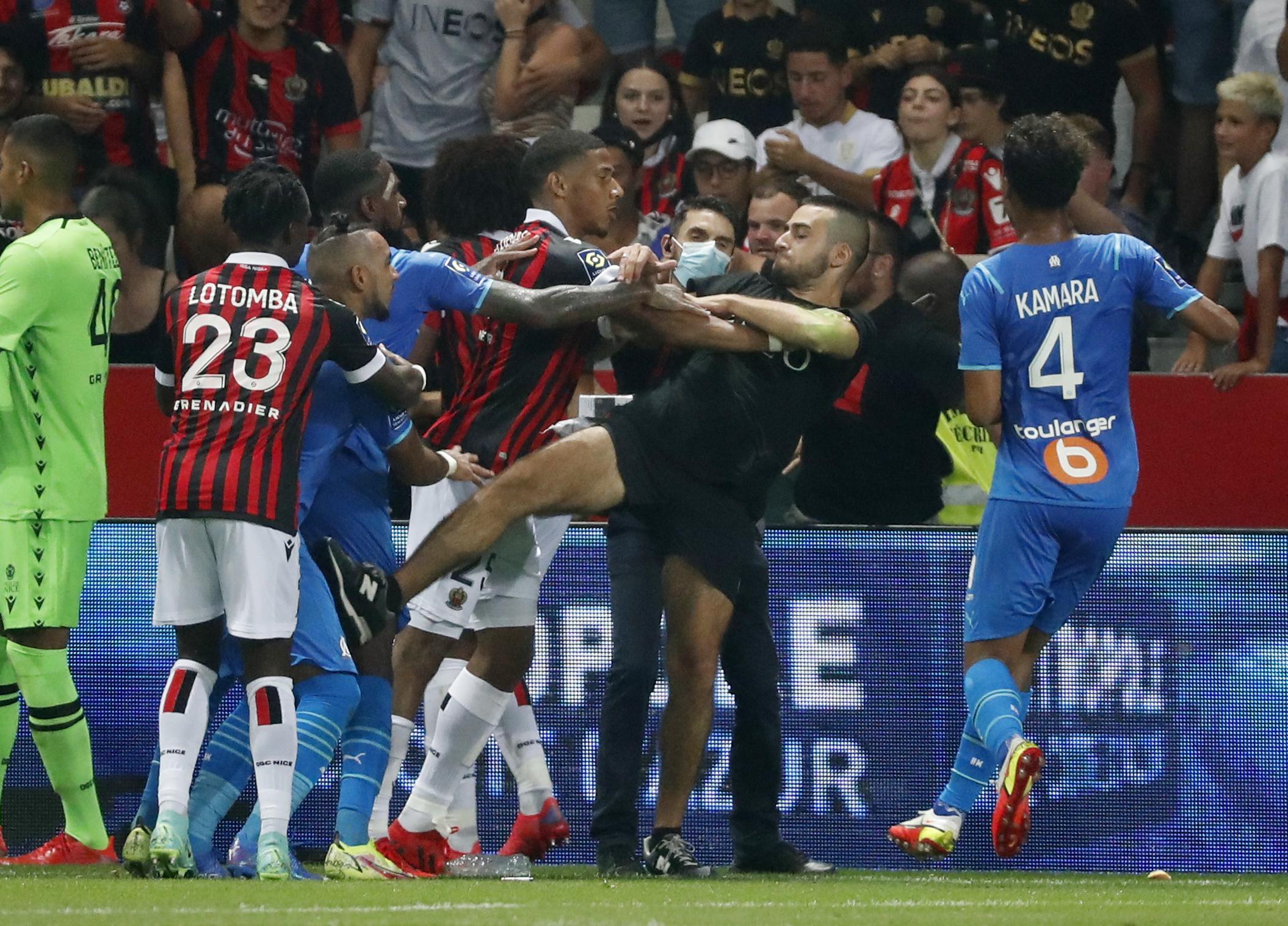 Τρεις ποδοσφαιριστές της Μαρσέιγ τραυματίες από το ντου των οπαδών της Νις