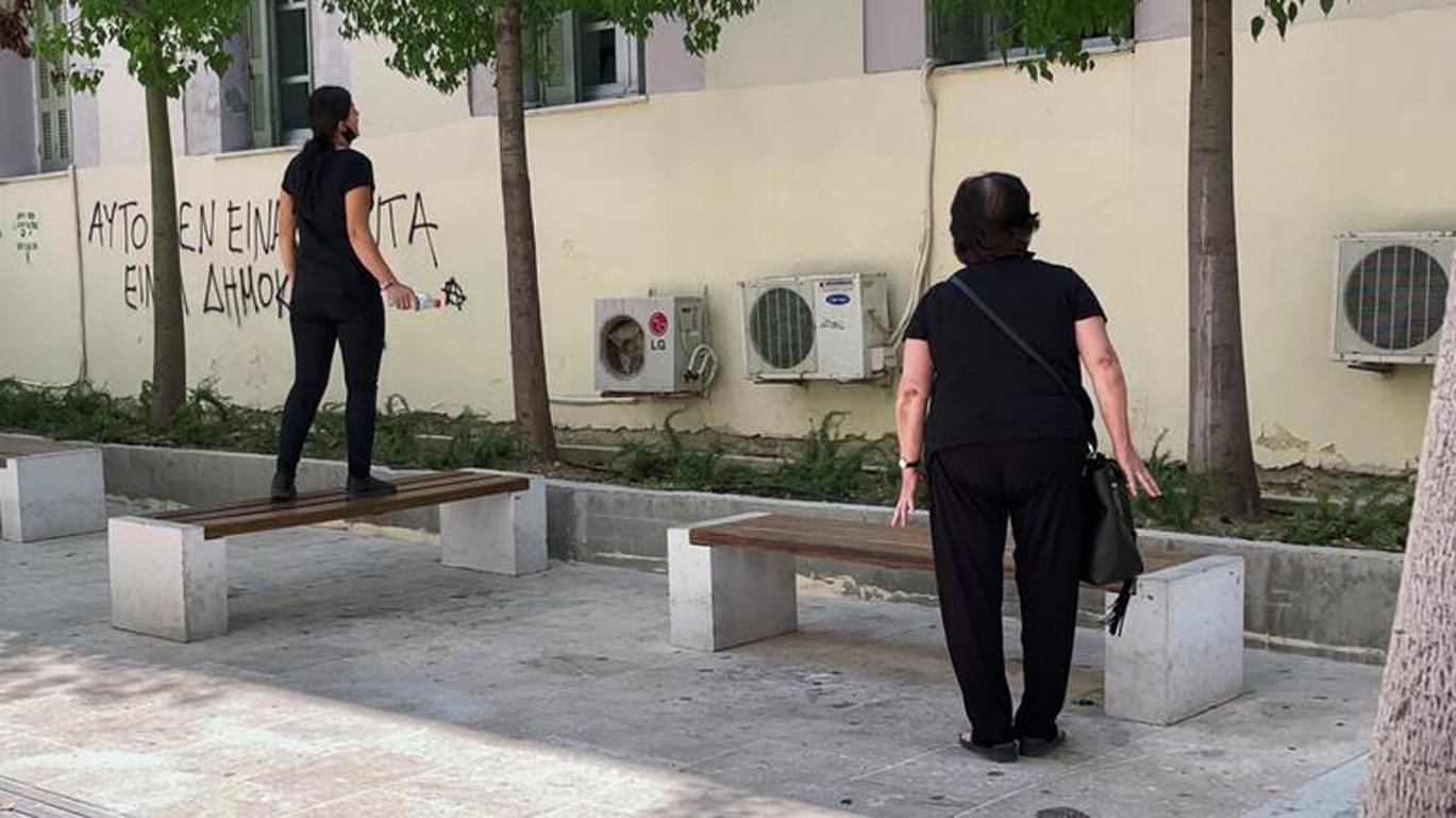 Έγκλημα στη Μεσαρά: Οργή έξω από τα δικαστήρια – «Φονιά, να σαπίσεις»