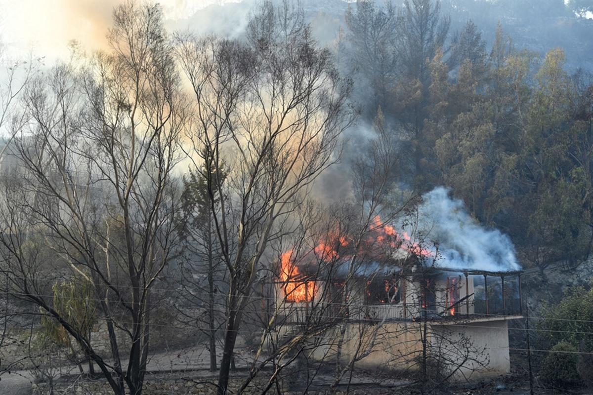 Φωτιά στη Μεσσηνία: Μαίνεται η πυρκαγιά – Κάηκαν σπίτια