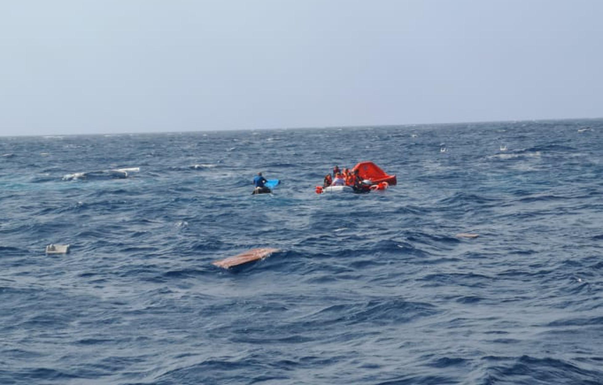 Μήλος: Οι πρώτες εικόνες από την δραματική διάσωση των 17 ναυαγών της θαλαμηγού