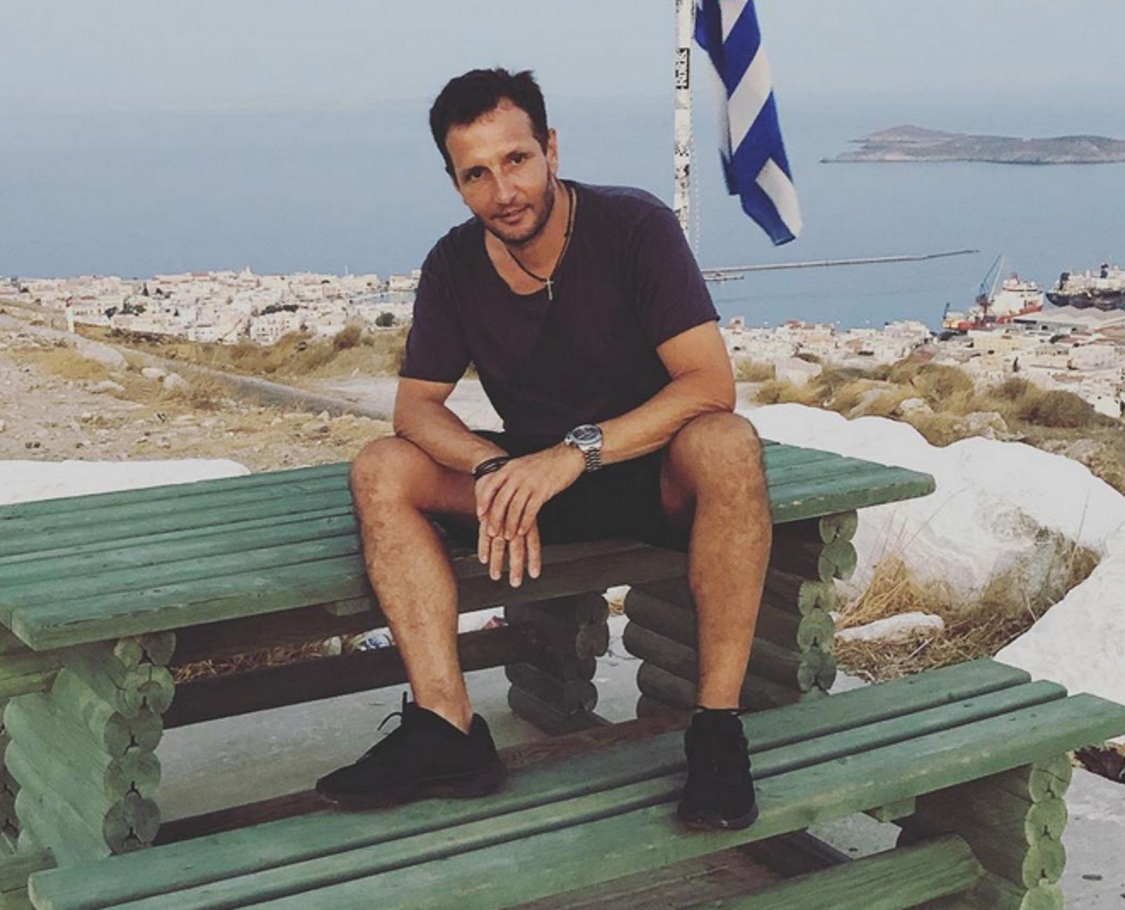 Δημήτρης Μπάσης: Διαφημίζει τη Σύρο μέσα από τις αναρτήσεις των καλοκαιριών του διακοπών