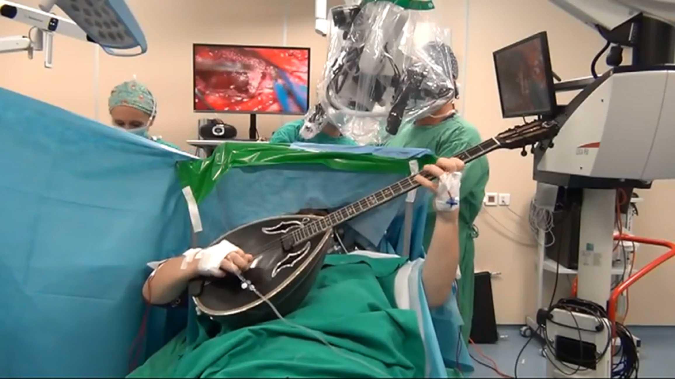 Θεσσαλονίκη: Έπαιζε μπουζούκι την ώρα που έκανε εγχείρηση στο κεφάλι για αφαίρεση όγκου