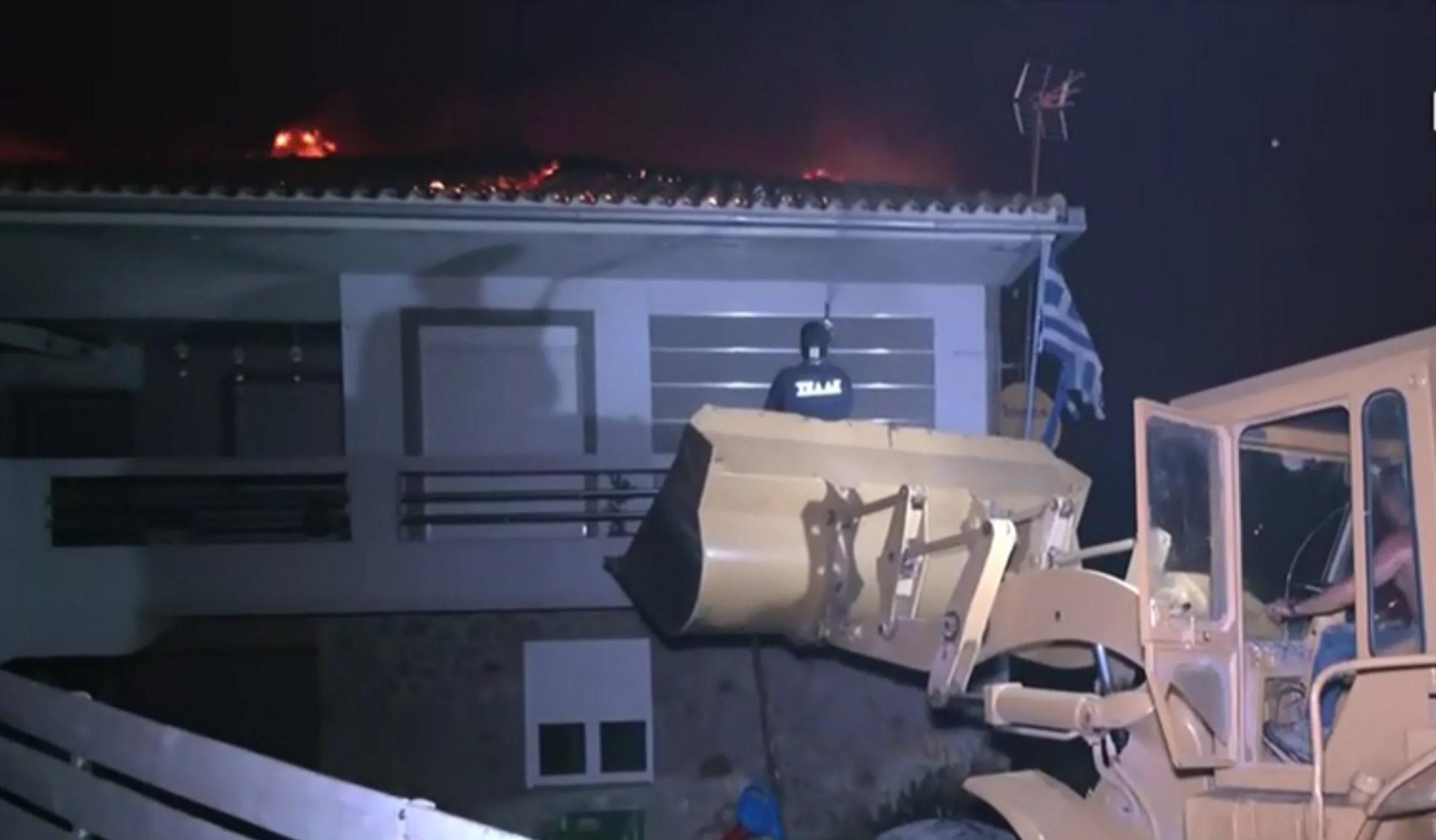 Φωτιά στην Εύβοια: Συγκλονιστικό βίντεο – Με εκσκαφέα προσπαθούν να σώσουν φλεγόμενο σπίτι