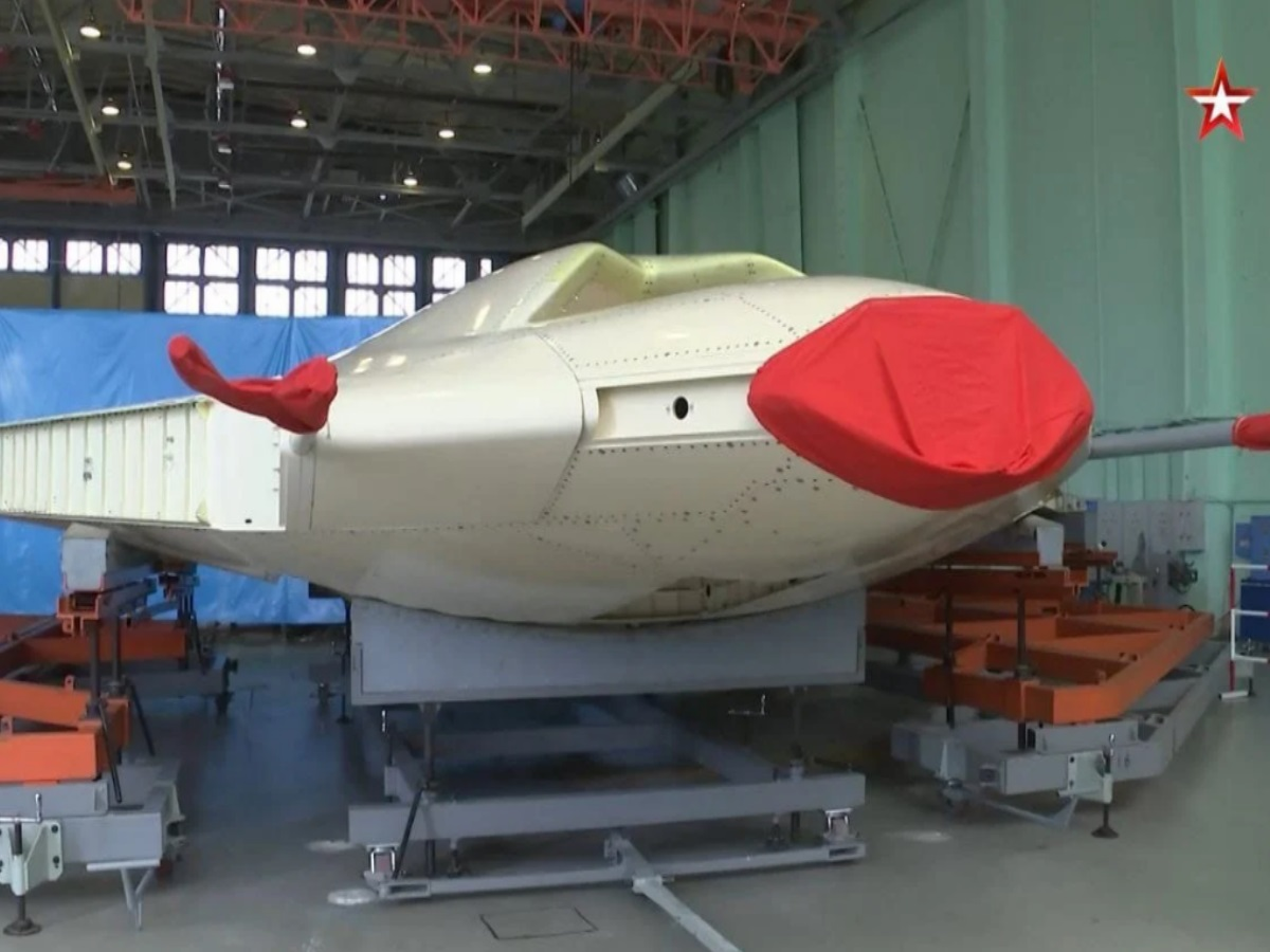 «Stealth κυνηγοί»: Πρώτα πλάνα από την κατασκευή του ρωσικού drone Okhotnik