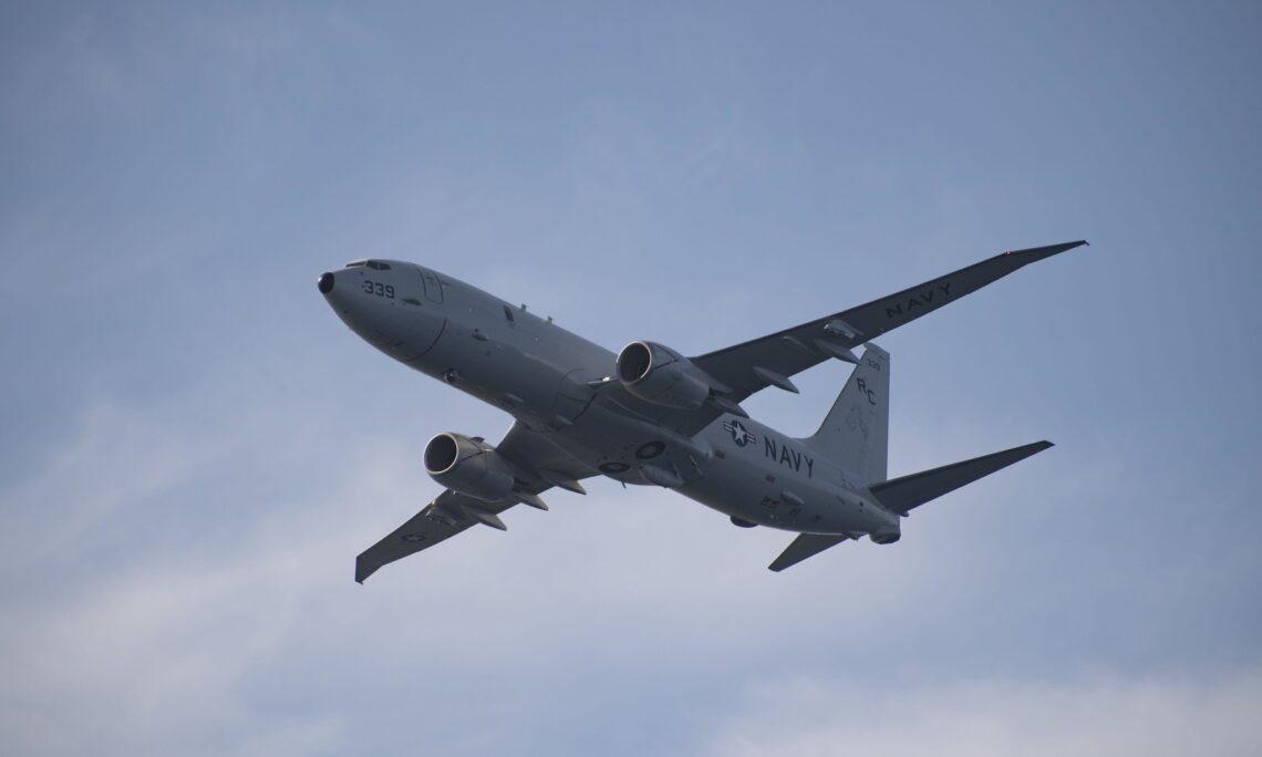 «Ρίχνεται στη μάχη» με τις φλόγες το αεροσκάφος P-8 των ΗΠΑ – Ποια η πορεία του