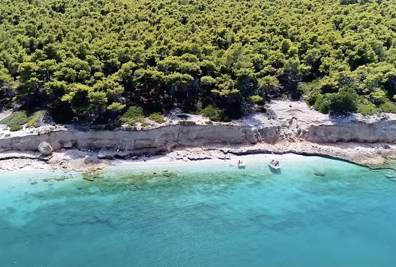 Παραλίες κοντά στην Αθήνα: Ο πριβέ παράδεισος με τα εξωτικά νερά