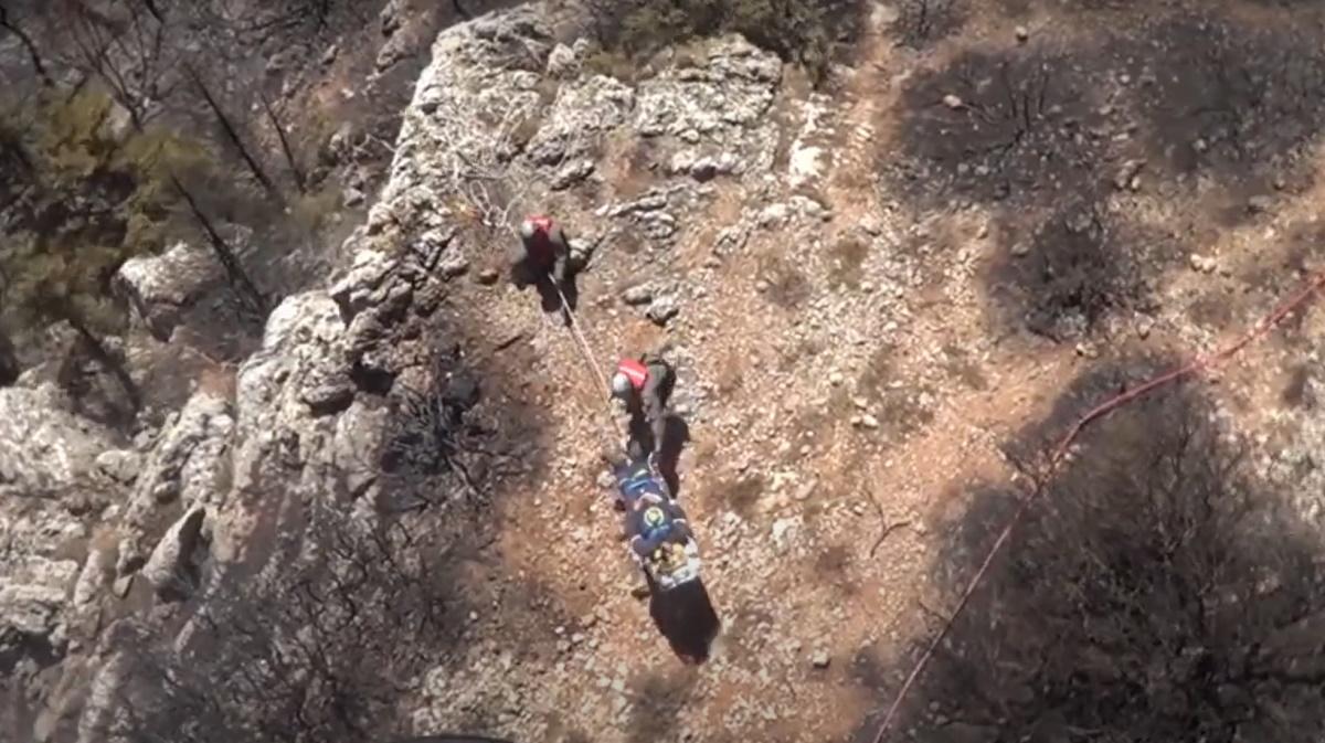 Πυρκαγιές: Καρέ καρέ η διάσωση τραυματισμένου πυροσβέστη από την Πάρνηθα