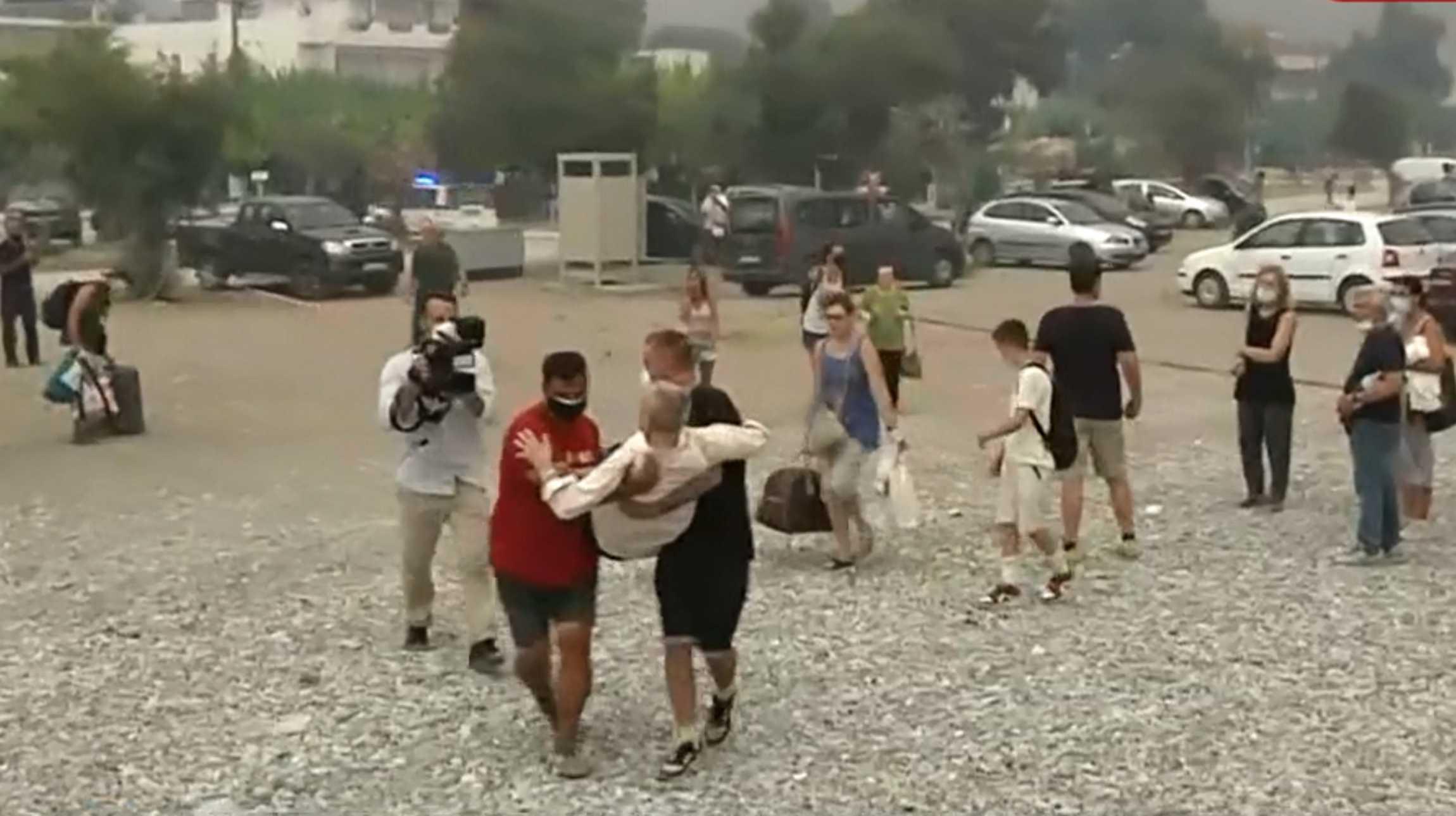 Φωτιά στην Εύβοια: Μεταφέρουν στα χέρια κατάκοιτους από το Πευκί
