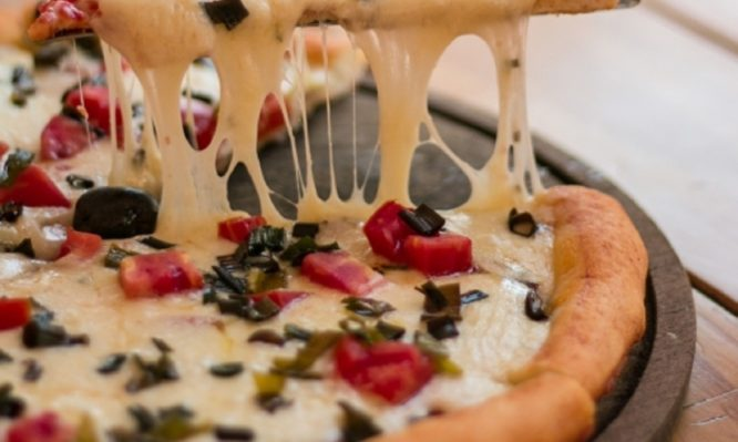 Δείτε το βίντεο για να φτιάξετε την πιο φανταστική πίτσα με κρέμα φέτας!