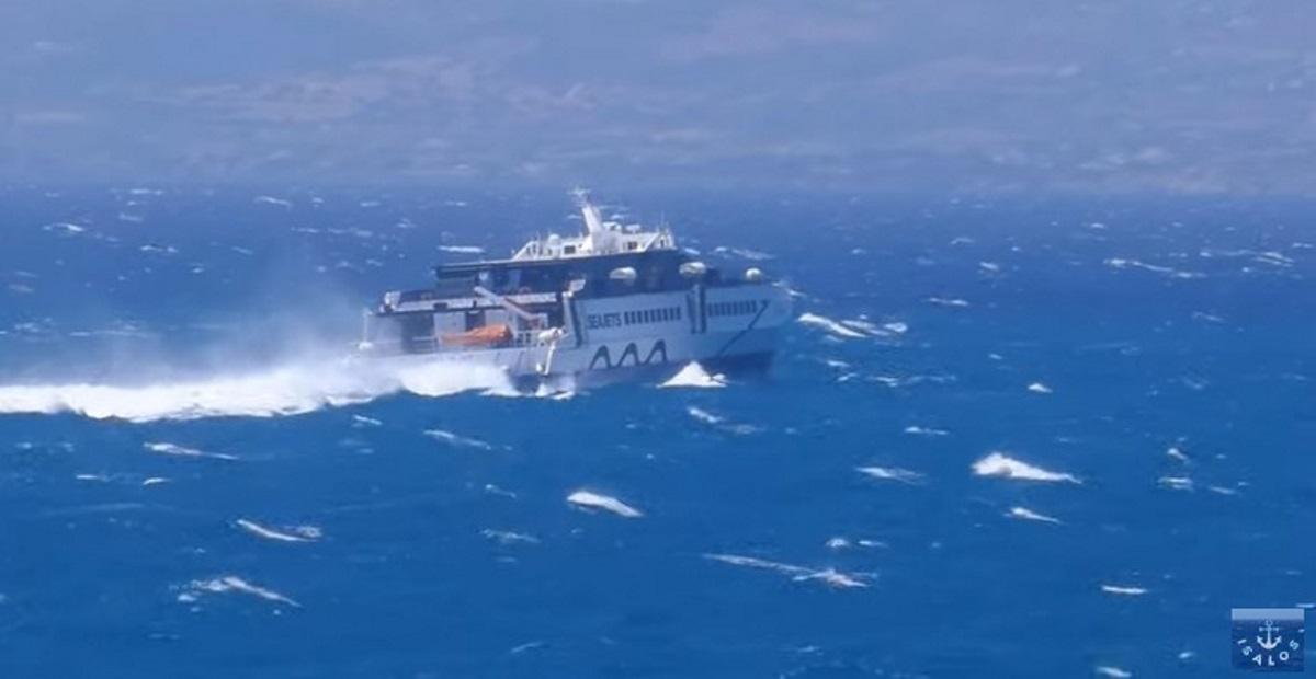 Βίντεο: Πλοίο δίνει μάχη με τα κύματα και τους βοριάδες στο Αιγαίο