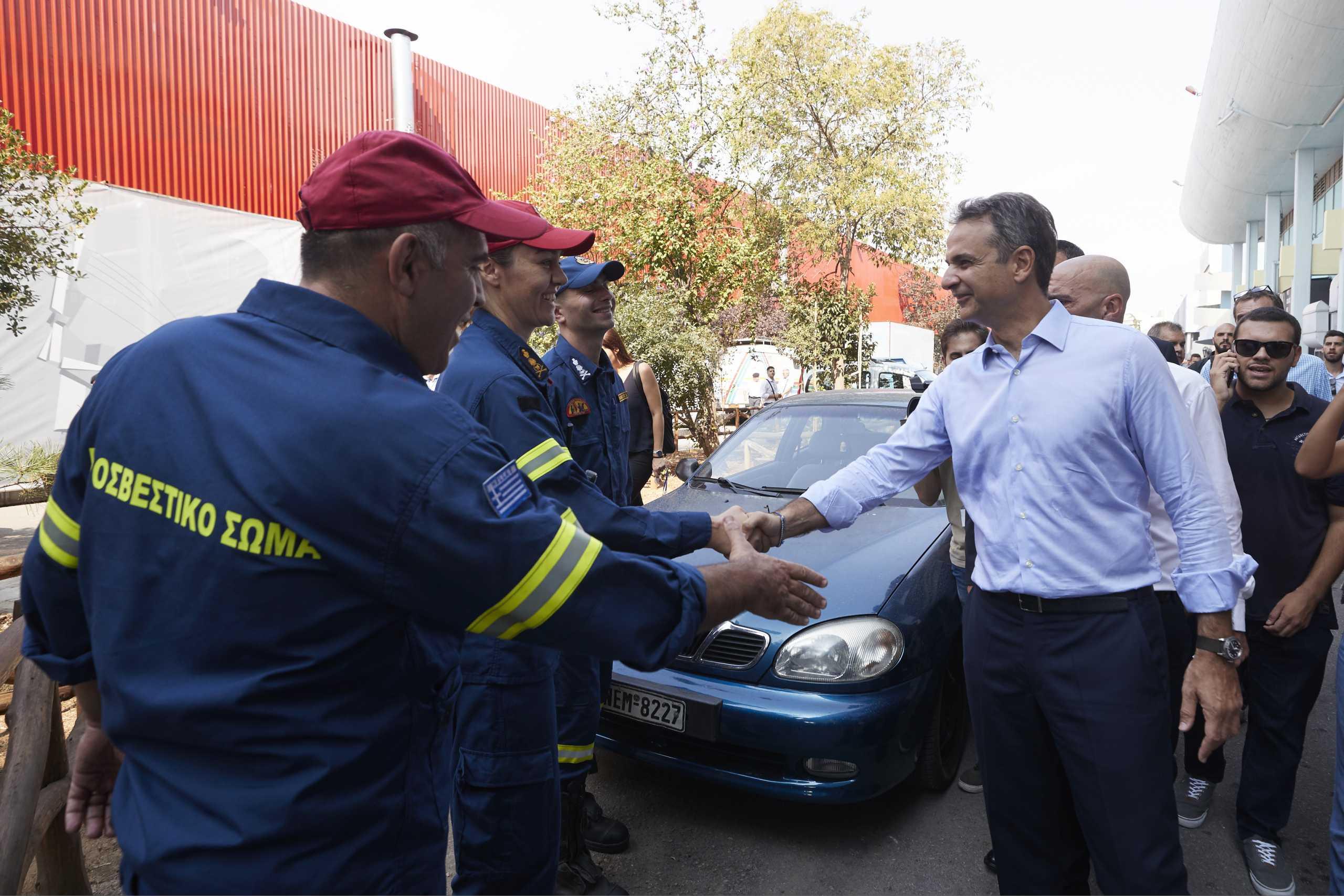 Δίπλα στους πυροσβέστες ο πρωθυπουργός για τις υπεράνθρωπες προσπάθειές τους