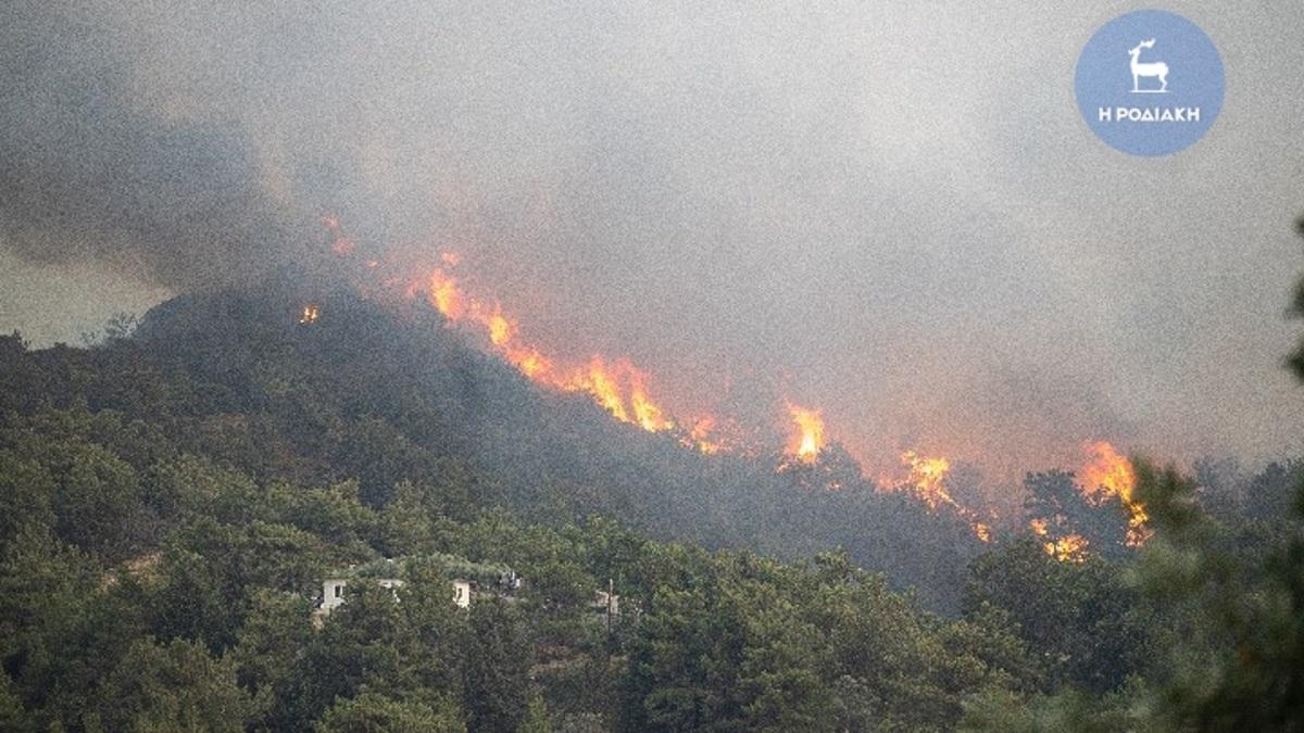 Ρόδος: Εκτεταμένες αναζωπυρώσεις στα μέτωπα της πυρκαγιάς