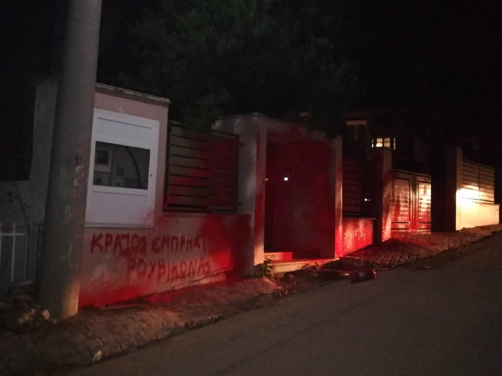 Ρουβίκωνας: Επίθεση στο σπίτι του υπουργού Περιβάλλοντος Κώστα Σκρέκα