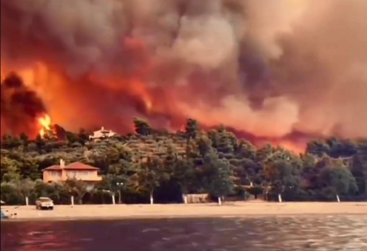 Φωτιά στην Εύβοια: Καλούν κατοίκους και τουρίστες από τις Ροβιές να πάνε στην παραλία – Ύστατη ελπίδα το ανθρώπινο φράγμα των πυροσβεστών