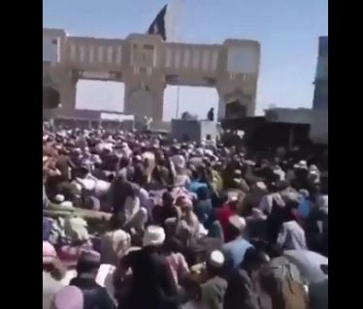 Αφγανιστάν: Ποδοπατούνται στα σύνορα με το Πακιστάν για να γλιτώσουν από τους Ταλιμπάν