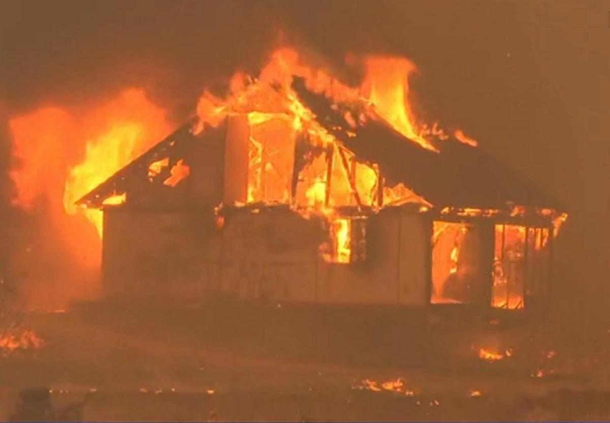 Φωτιά στα Βίλια: Μεγάλη επιχείρηση για να μην φτάσουν οι φλόγες στα σπίτια – Ανακόπηκε η πορεία της πυρκαγιάς