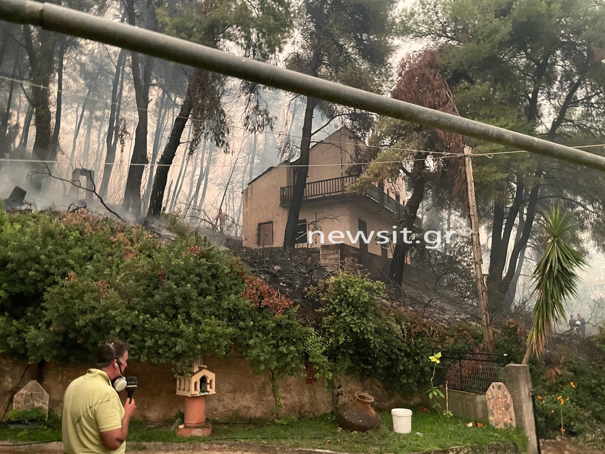 Φωτιά στην Εύβοια: Καίγονται σπίτια στο Πευκί και την Γερακιού
