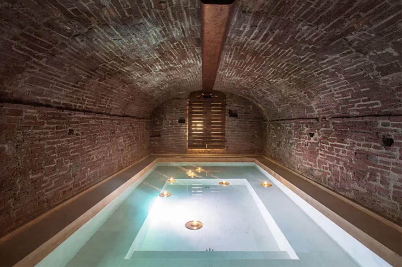Ένας στάβλος μετρατράπηκε σε ένα απίστευτο διαμέρισμα με κρυφή πισίνα