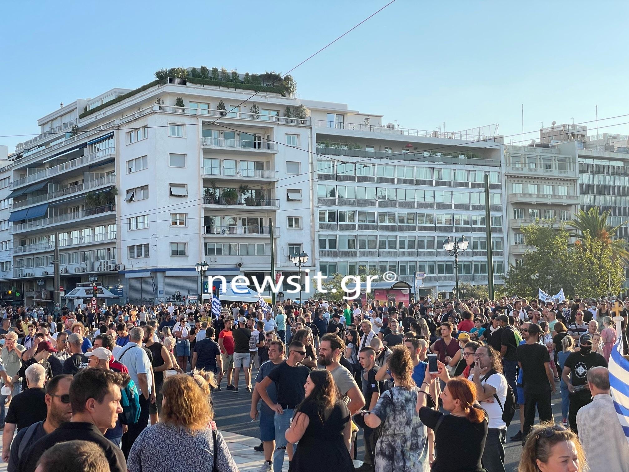 Κορονοϊός: Πλήθος διαδηλωτών στη συγκέντρωση κατά της υποχρεωτικότητας του εμβολιασμού στο Σύνταγμα