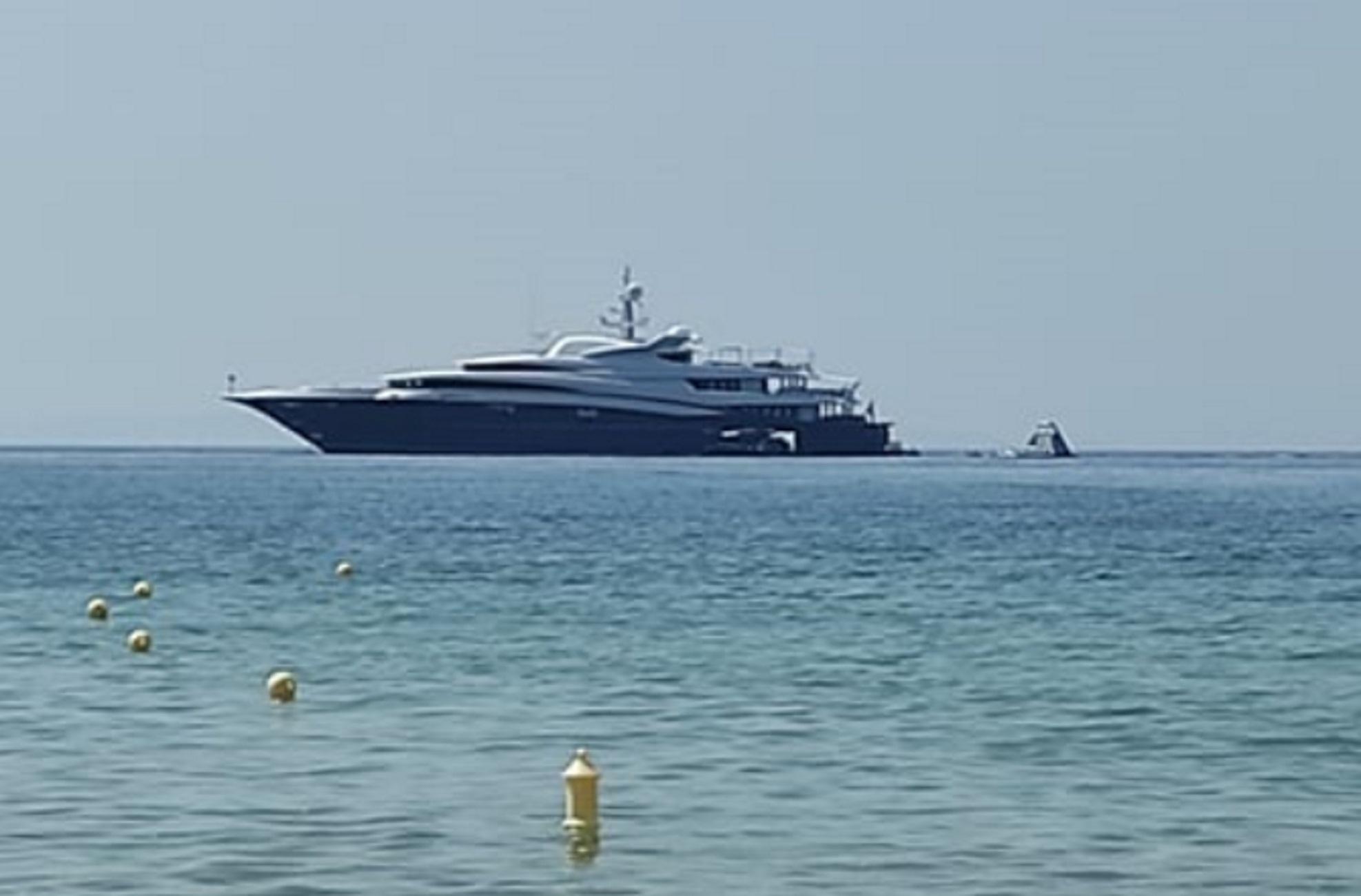 Σύρος: Η θαλαμηγός του επιχειρηματία «θάμπωσε» το νησί – Ποιος είναι ο κροίσος ιδιοκτήτης της