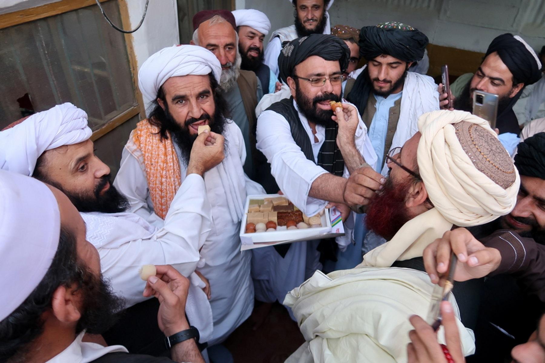 Αφγανιστάν: Οι Ταλιμπάν γιορτάζουν με γλυκά – Σε έκτακτες διαβουλεύσεις με διεθνείς εταίρους ο πρόεδρος της χώρας