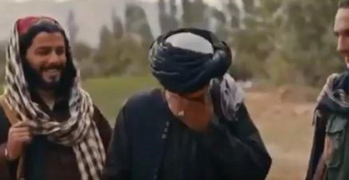 Αφγανιστάν: Δημοσιογράφος ρωτάει Ταλιμπάν για τα δικαιώματα των γυναικών και εκείνος ξεσπά σε γέλια