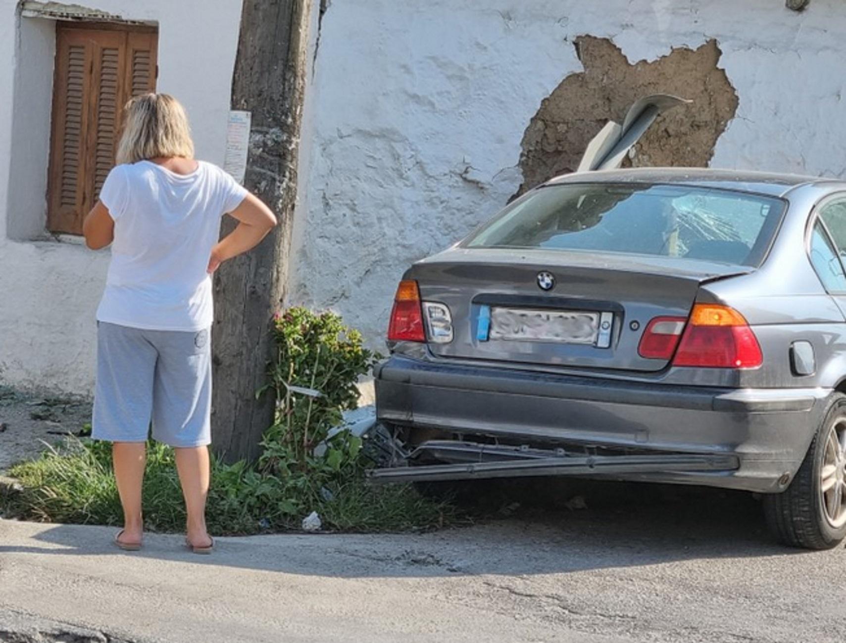 Τρίκαλα: Αυτοκίνητο «καρφώθηκε» σε τοίχο σπιτιού και άνοιξε τρύπα μετά από μετωπική σύγκρουση