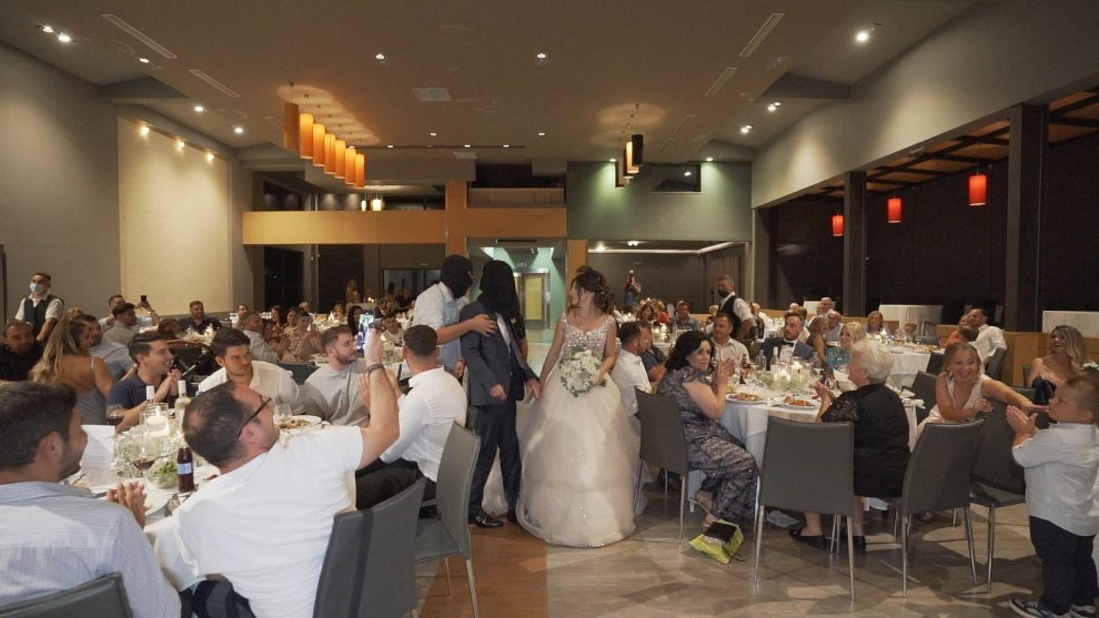 Τρίκαλα: Κουκουλοφόροι «απήγαγαν» γαμπρό στη δεξίωση – Άφωνοι η νύφη και οι καλεσμένοι
