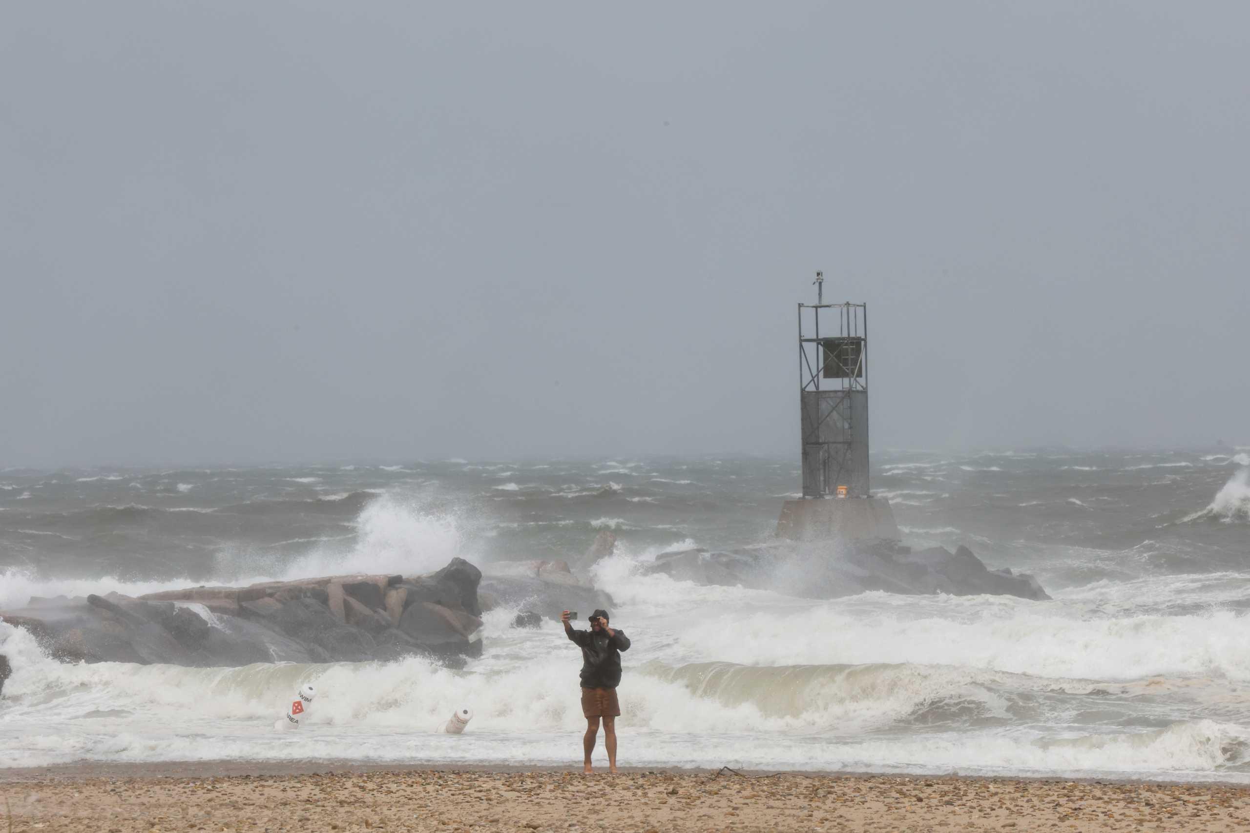 ΗΠΑ: Η τροπική καταιγίδα Χένρι «σφυροκοπά» τις ακτές στο Ρόουντ Άιλαντ