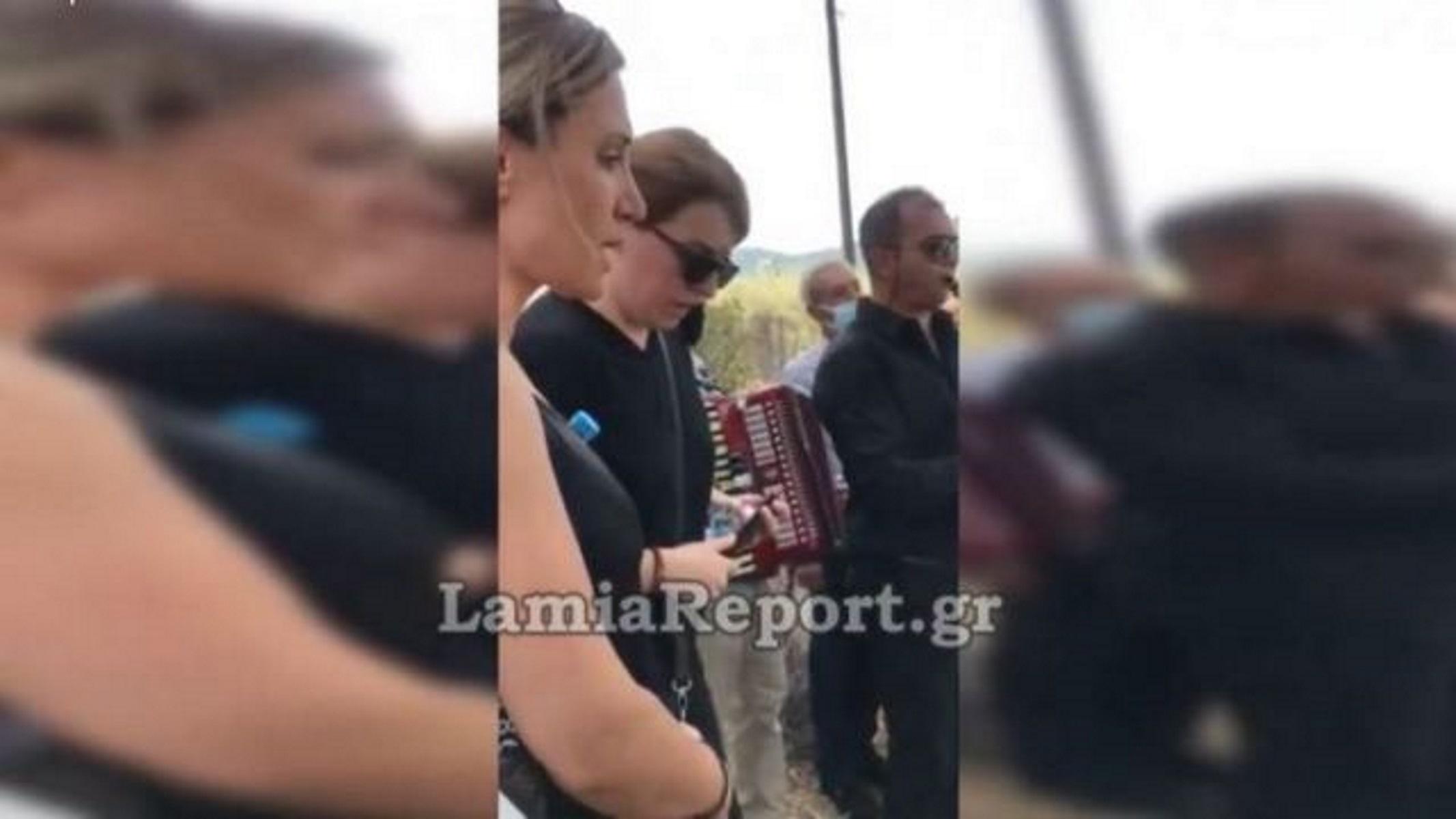 Γωγώ Τσαμπά και Γιώτα Γρίβα τραγούδησαν στην κηδεία του Βαγγέλη Τεμπέλη
