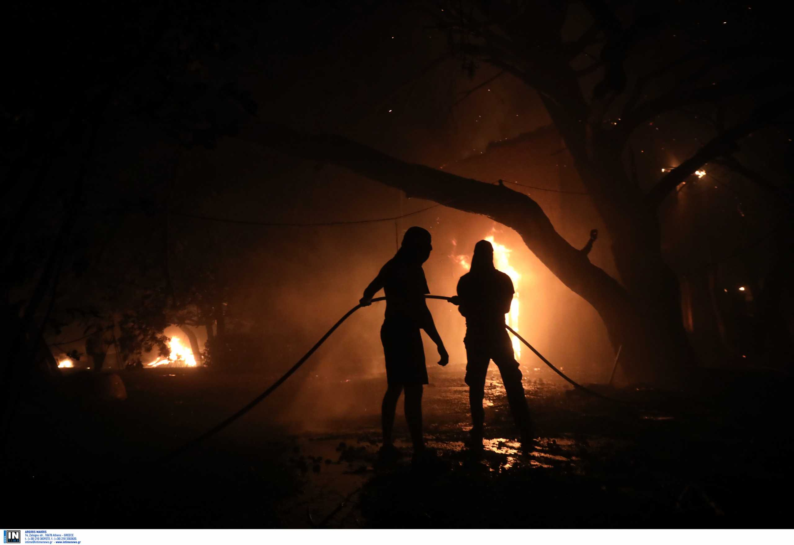 Φωτιά σε Βαρυμπόμπη και Θρακομακεδόνες: Επίθεση σε δημοσιογράφους και τεχνικούς