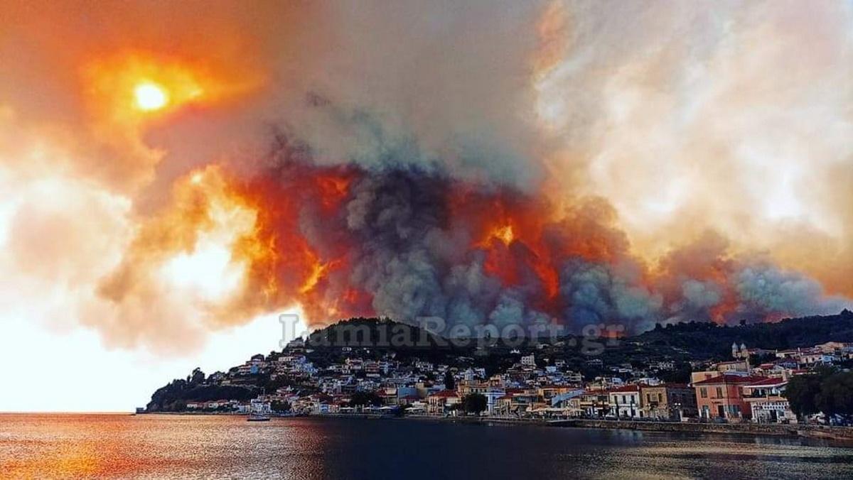 Καίγονται σπίτια στην Εύβοια – Ξέφυγε η φωτιά