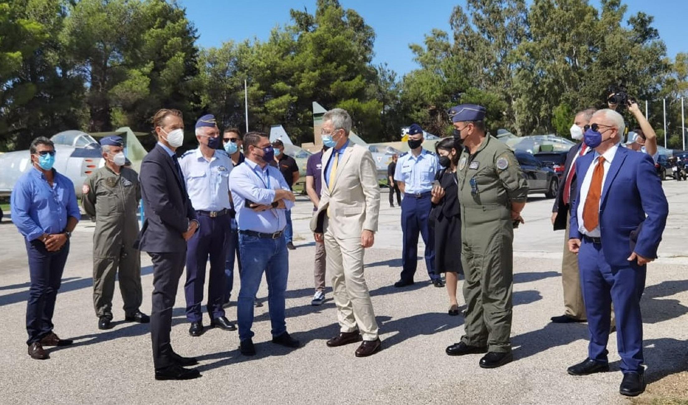 Νίκος Χαρδαλιάς: Επισκέφθηκε τους πιλότους των ελικοπτέρων πυρόσβεσης