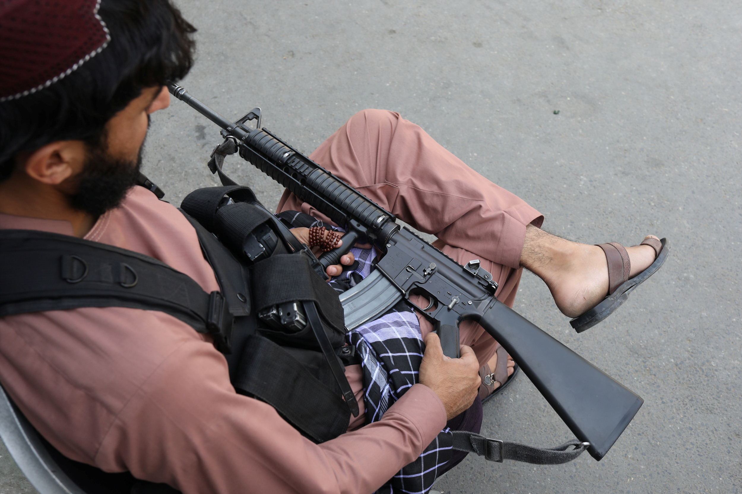 Τιμωρία αλά… Ταλιμπάν: Έκλεψε λάστιχα, του τα φόρεσαν στο λαιμό και τον γύριζαν στους δρόμους