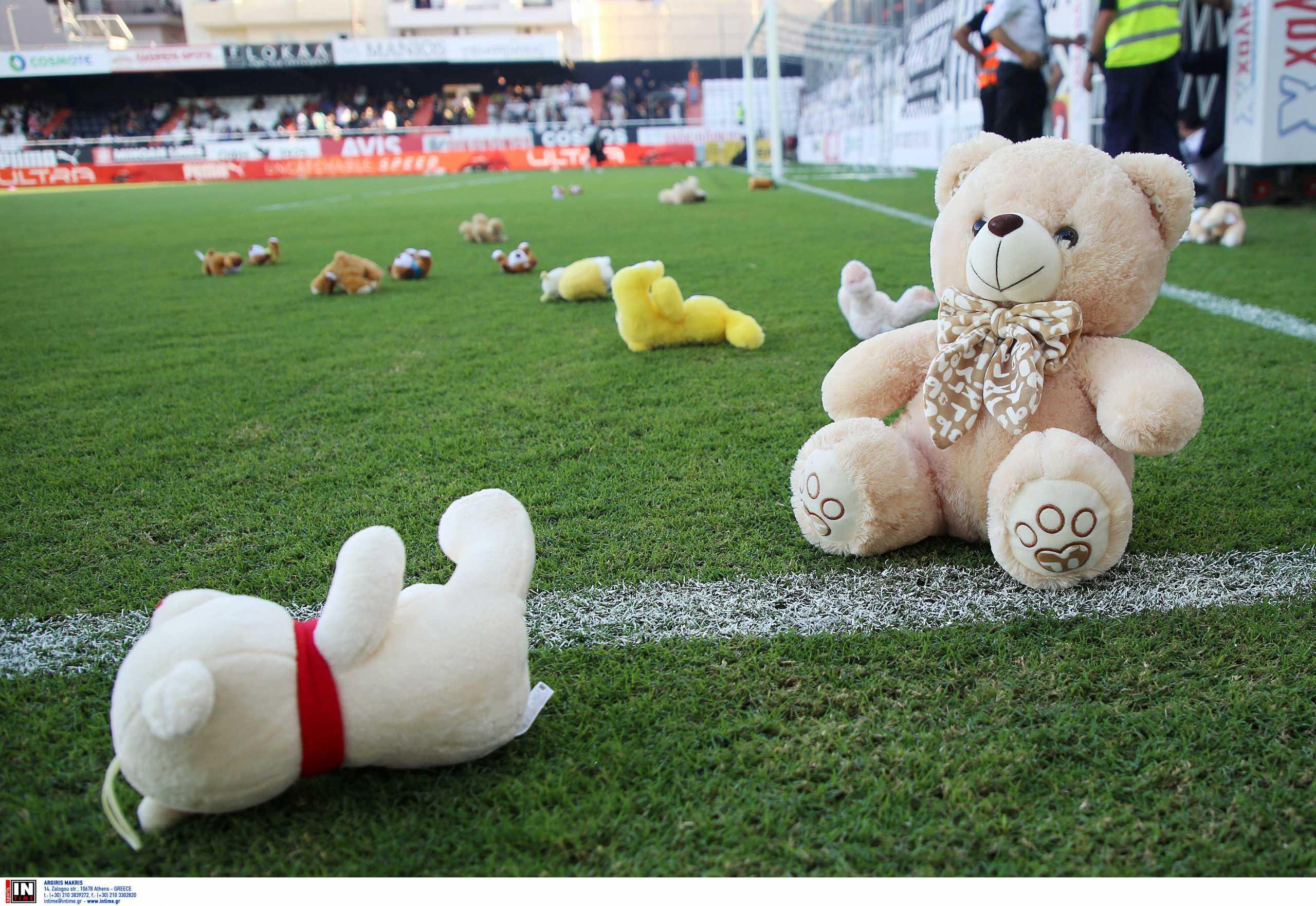 ΟΦΗ – Αστέρας Τρίπολης: Οι οπαδοί πέταξαν κουκλάκια για τον παιδικό καρκίνο