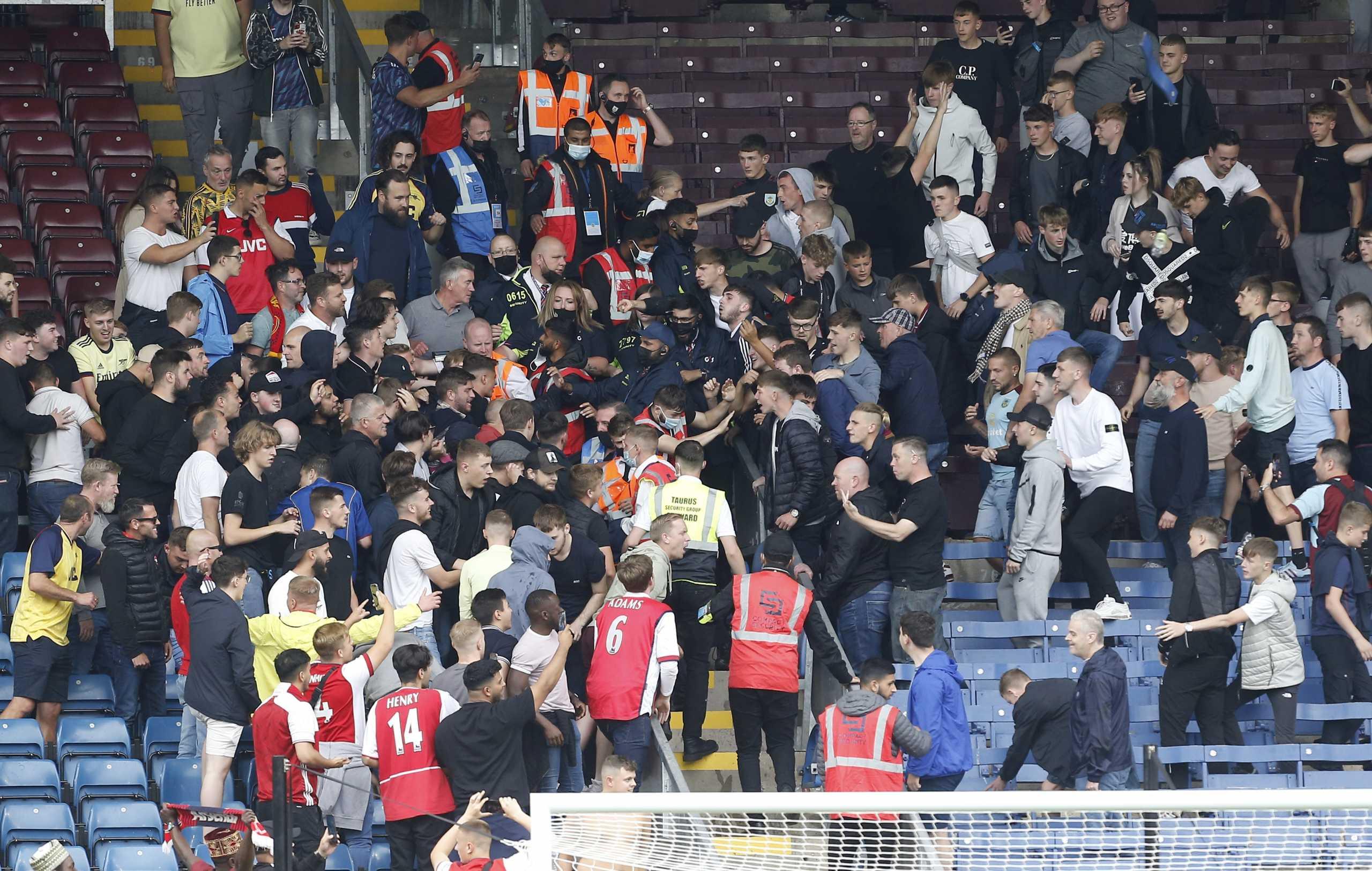 Premier League: Άγριο ξύλο μεταξύ οπαδών μετά τη λήξη του Μπέρνλι – Άρσεναλ